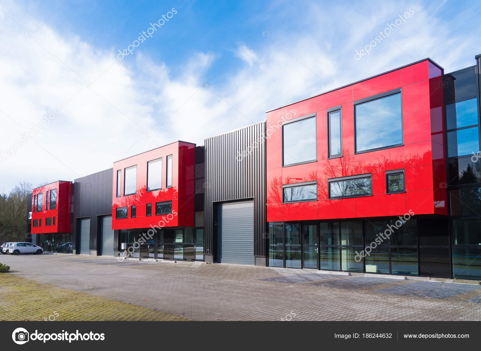 unités de bureau rouge bâtiment industriel — photo éditoriale