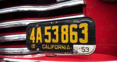 1953 model eski bir araba plakası ya da Kaliforniya Eyaleti plakası..