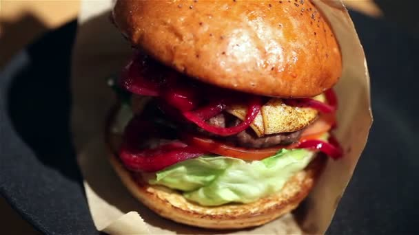 Hamburger sendvič s šťavnaté hamburgery, šťavnatý burger s velké kotlety, hamburger s restaurací