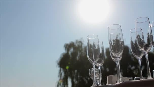 Brýle na bufetového stolu, láhev šampaňského, restaurace design, interiér, uvnitř