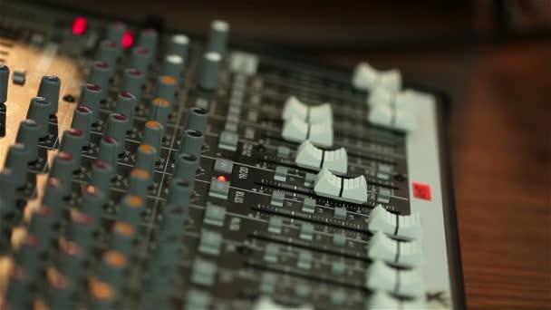 Profesionální audio konzole v koncertní, mixážní konzole během koncertu, audio Mixer, kontrolní inženýr, selektivní fokus, audio mixer, malá hloubka ostrosti