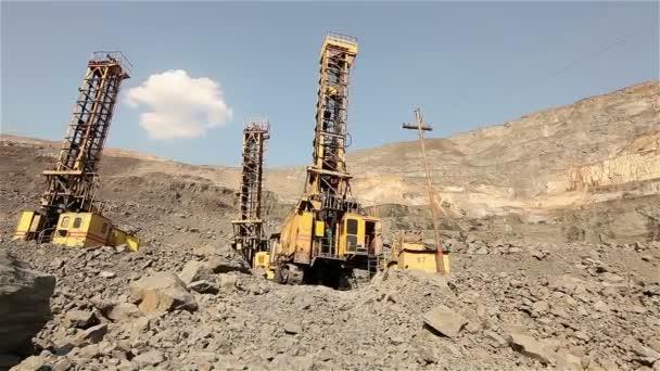 das Grubenbohrerpanorama, Industriebohranlage im Steinbruch, große Bohrmaschine