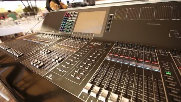 Console audio professionale in un concerto, console mixer audio durante un concerto, audio Mixer, ingegnere di controllo, messa a fuoco selettiva, mixer audio, profondità di campo