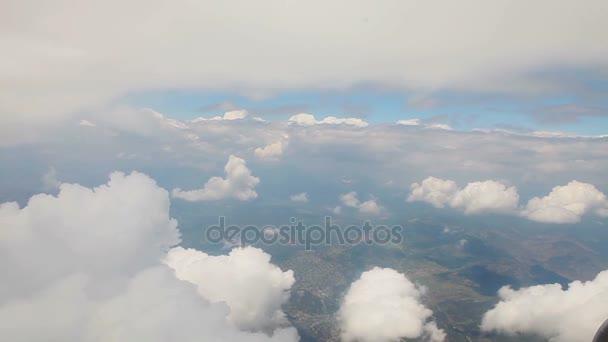 Pohled z okna letadla, krásné sněhově bílé mraky z okna letadla