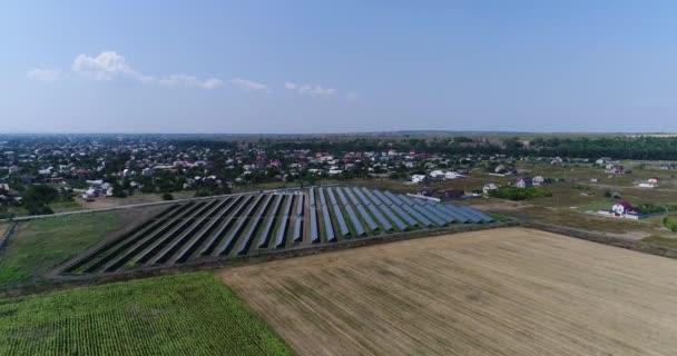 Panoramatický pohled na sluneční elektrárny, řádky solární panely, solární panely, pohled shora, letecký pohled na sluneční elektrárny, průmyslové pozadí na téma obnovitelné zdroje, elektrárna, pohled shora