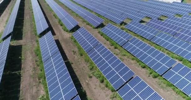 Letecký pohled na solární elektrárny. Průmyslové pozadí na téma obnovitelné zdroje. létání nad řádky solární panely, solární panely, solární panely na hřišti, horní zobrazení, zobrazení shora, 4 k