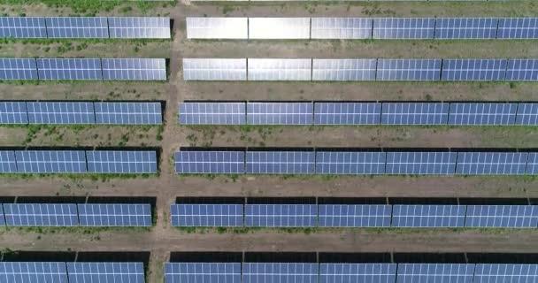 panoramische Ansicht eines Solarkraftwerks, Reihen von Sonnenkollektoren, Sonnenkollektoren, Draufsicht, Luftaufnahme zum Solarkraftwerk, industrieller Hintergrund zum Thema erneuerbare Ressourcen, Kraftwerk, Draufsicht,