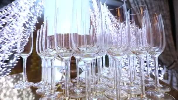 Brýle na bufetového stolu, láhev šampaňského, restaurace design, interiér, uvnitř hladký pohyb kamery po stole, řádky vinné sklenice na stole, malá hloubka ostrosti