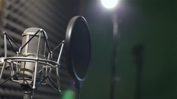 Stúdióban, professzionális mikrofon a stúdióban, közelről