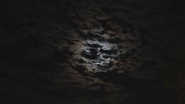 Úplněk v noční oblohu, jasný měsíc, noční obloha, pohyb mraků na noční obloze na pozadí jasný měsíc