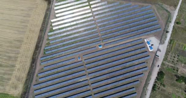 Panorámás kilátás nyílik a naperőmű, sorok, napkollektorok, napelemek, felülnézet, légifelvételek naperőmű, ipari háttér, a megújuló erőforrások téma, erőmű, felülnézet,