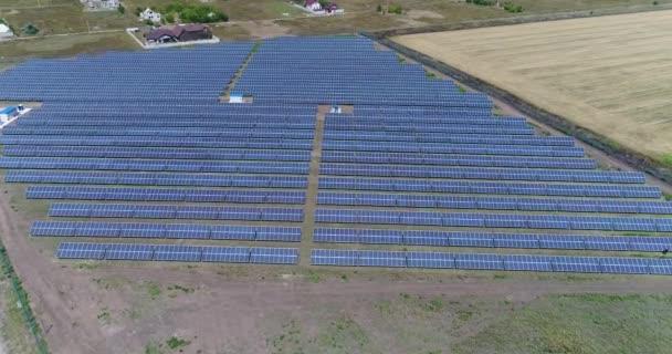 Panoramatický pohled na sluneční elektrárny, řádky solární panely, solární panely, pohled shora, letecký pohled na sluneční elektrárny, průmyslové pozadí na téma obnovitelné zdroje, elektrárna, pohled shora,
