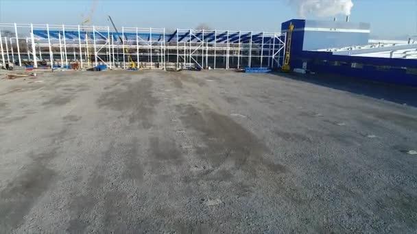 Výstavba velkých rostlin nebo továrny, průmyslové exteriér, panoramatický pohled, staveniště, kovová konstrukce, stavební stroje, pohled na stavbu