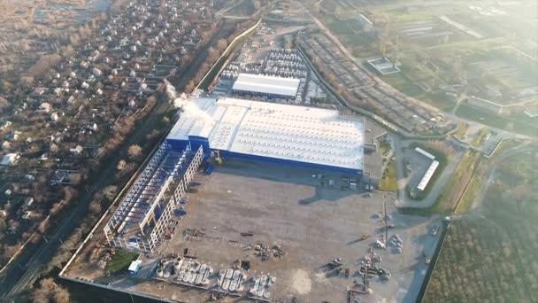 Výstavba velkých rostlin nebo továrny, průmyslové exteriér, panoramatický výhled ze vzduchu, staveniště, kovová konstrukce, stavební stroje, letecký pohled na stavby