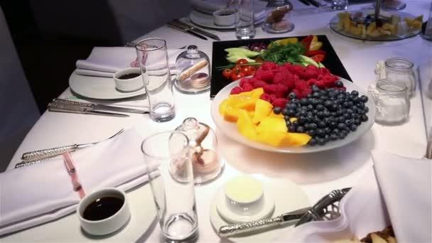 Různé čerstvé ovoce na svatbě bufet stůl. Ovoce a bobule dekorace svatební tabule. Svatba, novoroční, Vánoční dekorace na stůl.