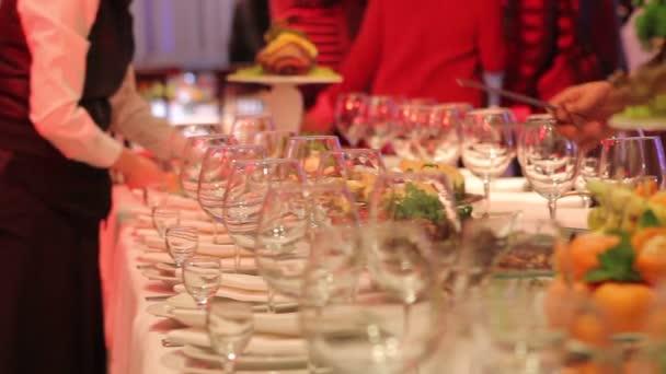 číšníci jsou uspořádány vinné sklenice, slavnostní stůl v restauraci, prázdných sklenic na banket stůl, nový rok, Vánoce