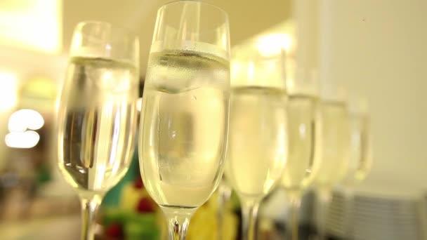 Közelkép a pezsgő szemüveg, ünneplés, háttér.