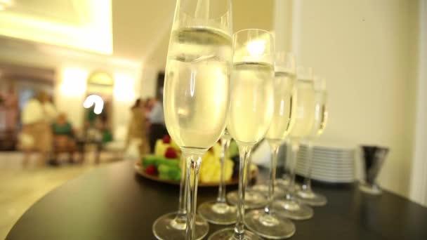 Gläser mit Champagner auf dem festlichen Neujahrstisch