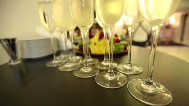Naléval šampaňské na slavnostní novoroční stůl