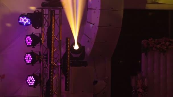 Színpad fények a koncert a köd, a rivaldafény egy konzolon, a koncert-színpad, szórakozás koncerten a színpad világítás világítás