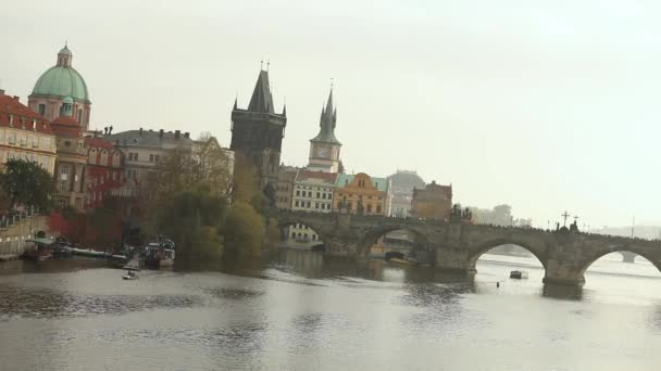 Starou zvonici poblíž mostu v Praze, most přes řeku ve starém městě