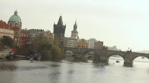 Starý most přes řeku. Karlův most, Praha