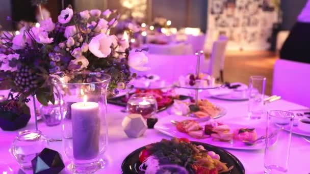 Dekorkerzen auf dem Esstisch, Gläser und Weihnachtskerzen auf dem Tisch, weiße Wachskerzen mit Glaskerzenständer, Kerze mit Glaskerzenständer, Restaurant, Interieur, Nahaufnahme