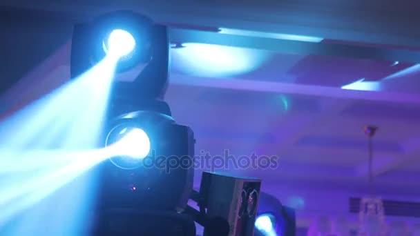 Színpad fények a koncert a köd, a rivaldafény egy konzolon, a színpad, szórakozás koncert, színpad, új év party, karácsonyi, újévi ünnepek világítás világítás