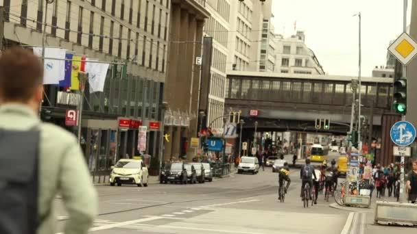 Lidé chodí do práce na kole, mladí lidé na kole. Kancelářské pracovníky jezdit na kole. Berlin, Německo.