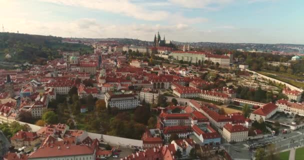 Panoramatický pohled shora do Prahy a Karlův most, turistů na Karlově mostě, létání nad řekou podél panoramatický pohled shora, řeka Vltava, let nad Karlův most