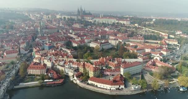 Panoramatický pohled shora na Pražském hradě, letecké města, pohled shora na panoráma Prahy, let nad město, pohled shora, pohled shora z Karlova mostu, řeka Vltava