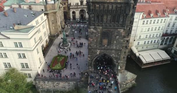 Turisté projít Karlův most v Praze, panoramatický pohled shora, řeka Vltava, letu přes Karlův most, Praha