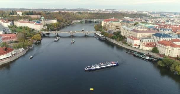 Panoramatický pohled shora do Prahy a Karlův most, turistů na Karlově mostě