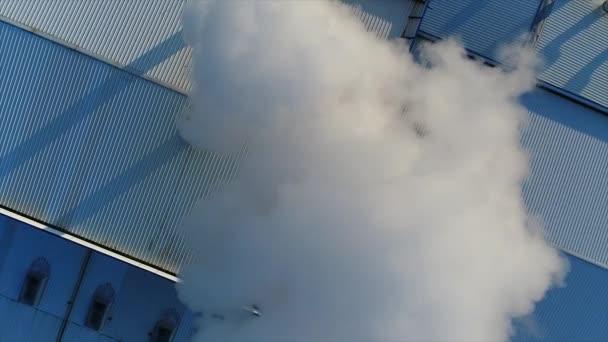 kouřové roury na střeše továrny nebo továrny, střechy výrobní haly s potrubí, bílý hustý kouř ukončí potrubí
