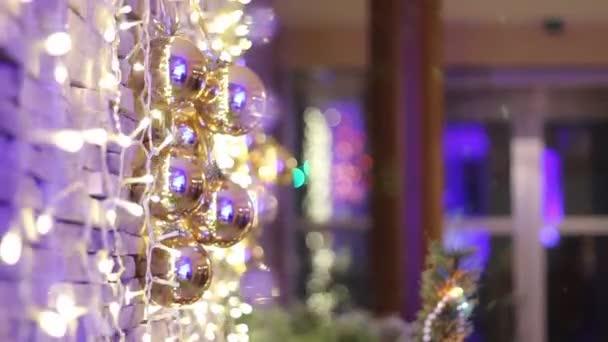 Exteriér restaurace na Vánoce, Vánoční dekorace