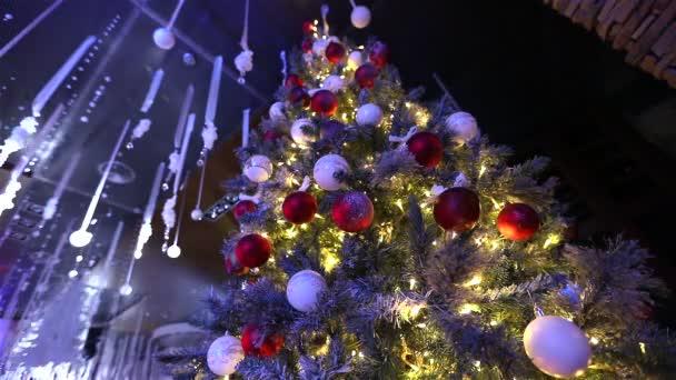 velký vánoční strom v hale hotelu, restaurace. Vánoční strom v hale na pozadí mramorové schodiště se zábradlím, pohled zespodu