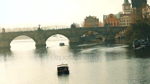 Turistická loď v pozadí Karlův most, Karlův most, Pražský pozadí turistické lodi při západu slunce