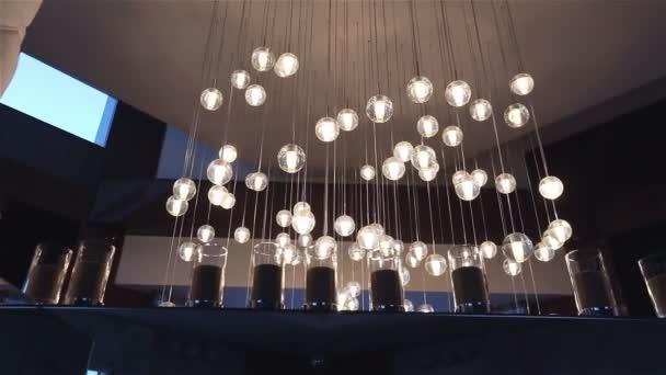 Sál hotelu nebo restaurace, lustr v hale, lustr visí od stropu, kreativní, moderní, interiér, hotel nebo restaurace interiér