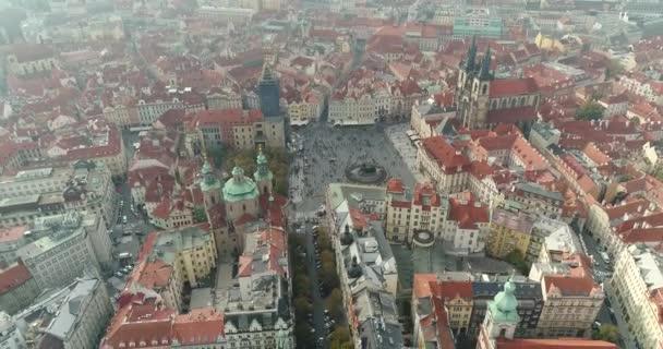 Panoramatický pohled shora na Pražském hradě, letecké města, pohled shora na panoráma Prahy, let nad městem, top view, řeka Vltava, Karlův most, Praha