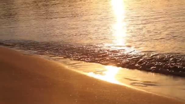 Wellen am Strand in den Tropen im Morgengrauen, Morgen am Meer, Sonnenaufgang am Meeresstrand, orange Sonne, Strand und Meer Sonnenuntergang, Meer bei Sonnenuntergang, Dämmerung, Sonnenuntergang, Solar Reflexion über Wasser