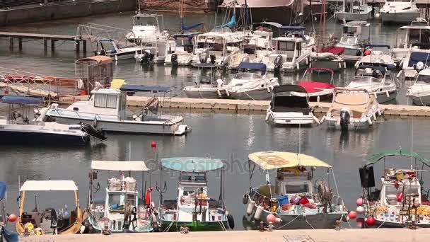 Kypr, Řecko, rekreační lodě a rybářské lodě v přístavu, rybářské lodě poblíž mola, loď parkování, několik rybářských člunů park u mola v přístavu, Panorama, pohled shora, cestovní ruch
