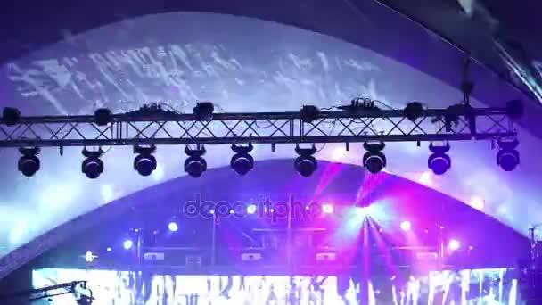 Fase lichten op het concert met mist, podium verlichting op een ...