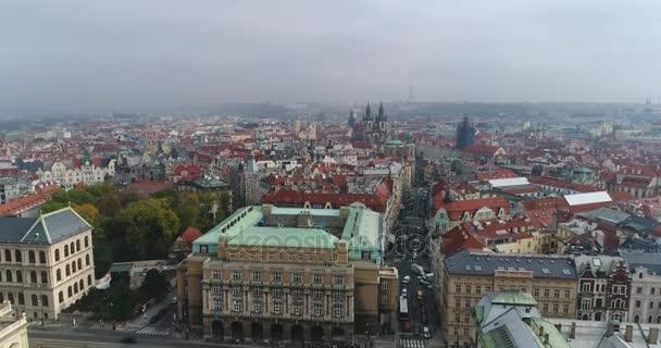 Krásný panoramatický letecký pohled katedrála města Prahy shora staré město a řeku Vltavu. Úžasné záběry krajiny města