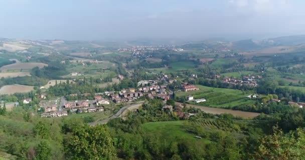 Údolí s vinicemi, vinice, sugestivní letecké video přes vinice v úžasné toskánské krajiny, krásný den