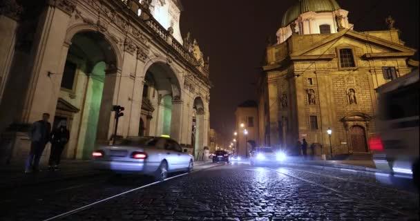 Noční Praha, městskou dopravu na noční ulici, lidi přes dálnici, Pražský hrad, Praha