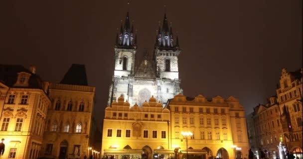 Zobrazit celé na náměstí směrem ke kostelu, timelapse, starom centrální náměstí Praha, Pražský hrad a staré město, široký úhel, pohled z dolního cípu, Praha, říjen 2017