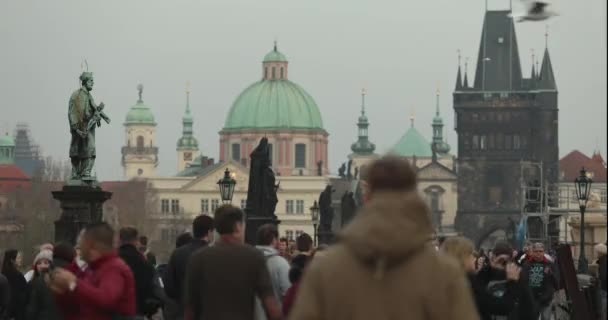 Time-Lapse lidí na Karlově mostě v Praze na pozadí clock tower, Praha, 2017
