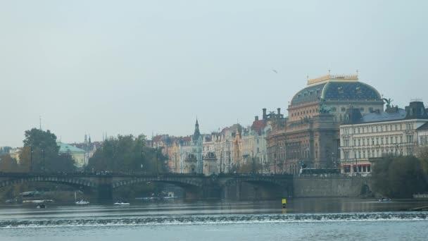 Pohled přes řeku do starého města v Praze, výletní lodí na řece, široký úhel, Karlův most, věž s hodinami, panorama, Praha