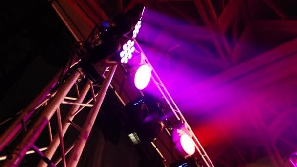 Het podium verlichting in de hal, het podium op de teller, licht ...