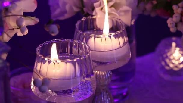 Dekorative Kerzen Auf Den Tisch Glaser Und Weihnachtskerzen Am